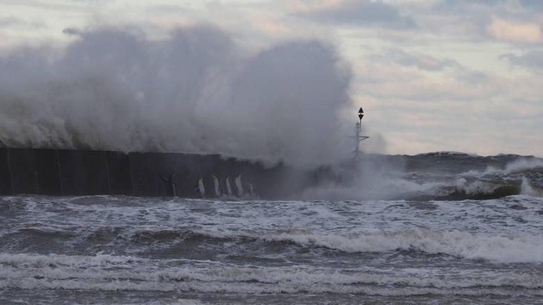 W naszym regionie wieje bardzo silny wiatr, o prędkości dochodzącej w porywach nawet do 90 km/h. W pojedynczych porywach wiatr osiąga na Bałtyku nawet