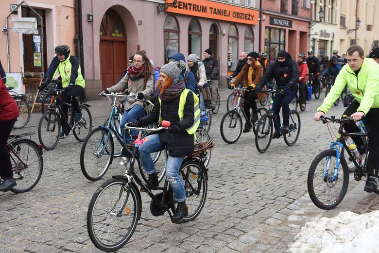 Orkiestrowa rowerowa masa krytyczna tradycyjnie już wsparła w Toruniu WOŚP. Zobaczcie zdjęcia!<br /> <br /> [b][a]https://nowosci.com.pl/wosp-2019-w-toruniu-relacja-wyniki-zbiorki-27-final-wielkiej-orkiestry-swiatecznej-pomocy-informacje-transmisje-tv-z/ar/13803793#wosp;Szerzej o 27. finale...