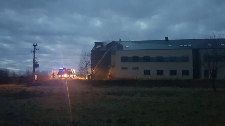 """""""Pali się poddasze wybudowanej, ale nigdy nie otwartej części szpitala w Rudnej Małej. Na miejscu kilkanaście jednostek straży pożarnej oraz"""