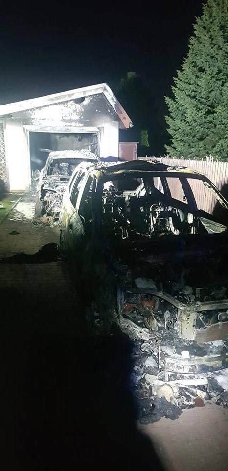 Pożar garażu w Michałowicach, zaparkowane w  nim samochody spłonęły doszczętnie