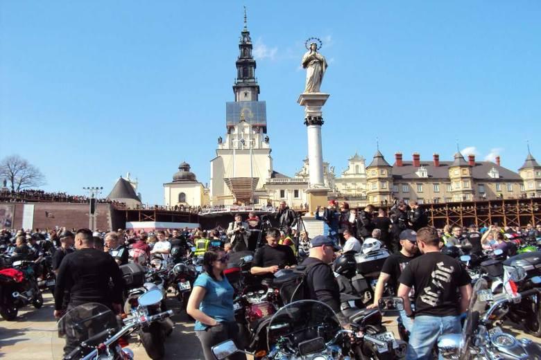 Dziewięcioosobowa grupa policyjnych motocyklowych zapaleńców, wybrała się na kwietniowy zlot do Częstochowy, rozpoczynając  tegoroczny sezon. Oprócz