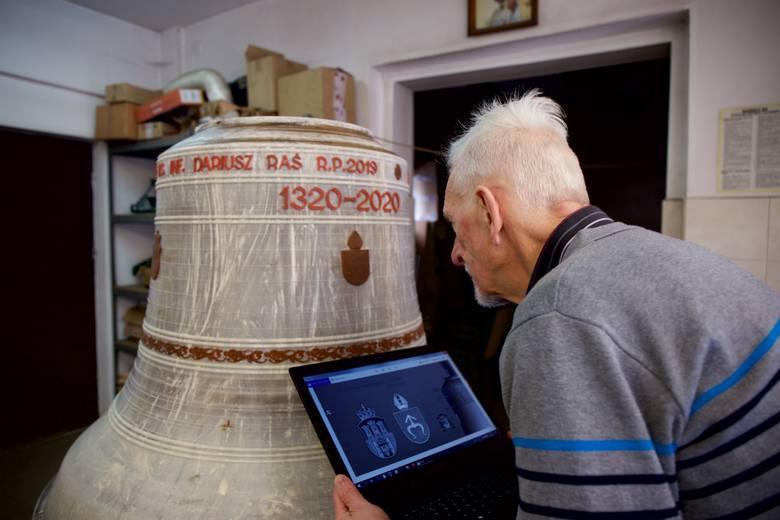 Wszystkie inskrypcje na dzwon wybrał, a następnie zaakceptował specjalista i opiekun dzwonów na Wawelu, Jasnej Górze oraz w Kościele Mariackim, dzwonnik