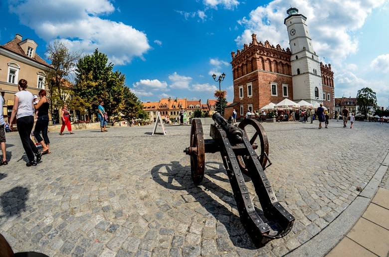 SandomierzJest to jedno z najpiękniejszych miast w Polsce, malowniczo położone na nadwiślańskiej skarpie, która stanowi strome zakończenie Gór Świętokrzyskich.
