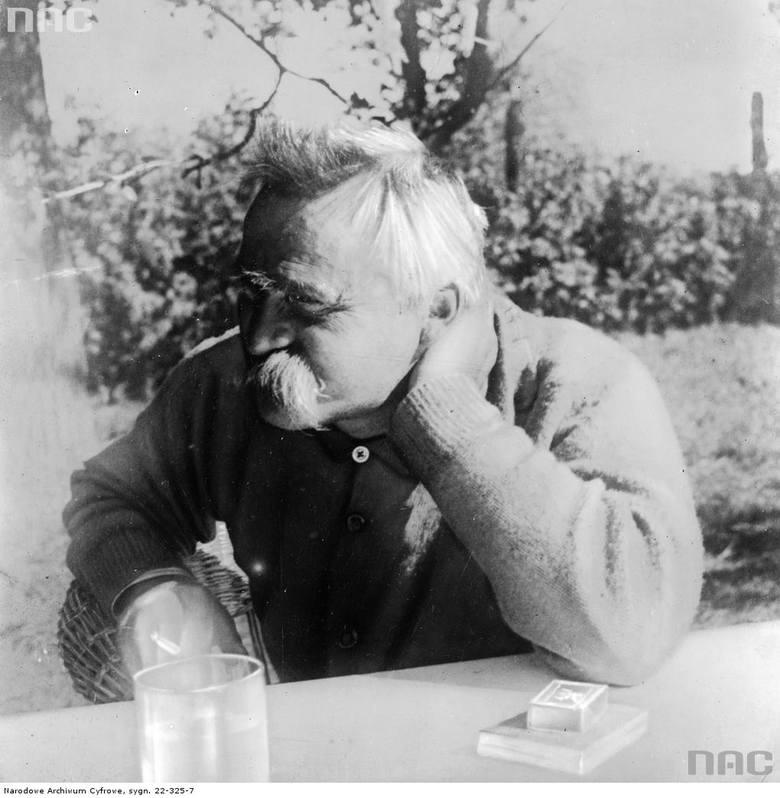Marszałek Józef Piłsudski pali papierosy.