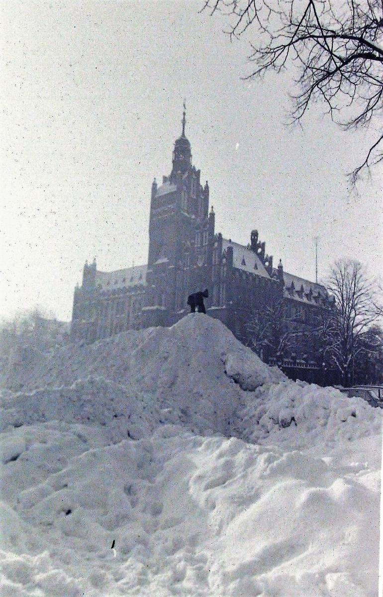 Śnieżna góra przed słupskim ratuszem – styczeń 1979.