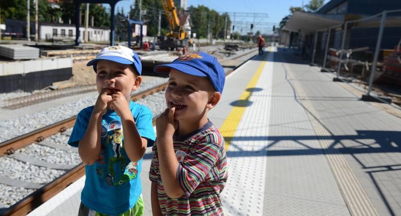 Dawid i Sebastian Wikarowie z zaciekawieniem obserwują to, co dzieje się na peronach
