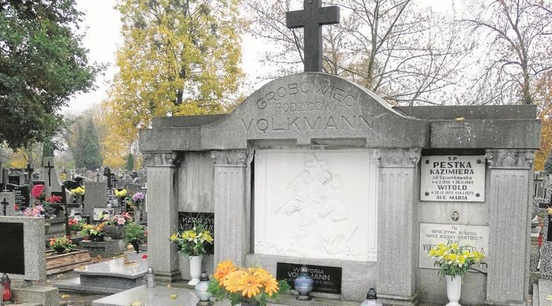 Spoczywająca tu Katarzyna Volkmann zmarła w 1915 r. To chyba najstarszy, a może i jedyny  zachowany ślad istniejących wcześniej w tym miejscu cmentarzy.