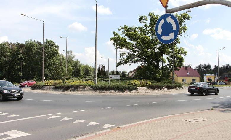 Rondo Romana Dmowskiego. To najstarsze w Grudziądzu skrzyżowanie z ruchem okrężnym w mieście. Na nim widoczność kierowców jest ograniczona z powodu wysokości wysepki. W opinii policjantów to dodatkowo zwiększa bezpieczeństwo.