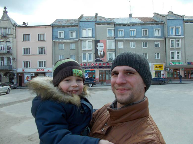 Oleksandr z synkiem są z Drohobycza. Tato malucha pracuje u nas od dwóch lat. Polityka go nie obchodzi. Liczy się robota!