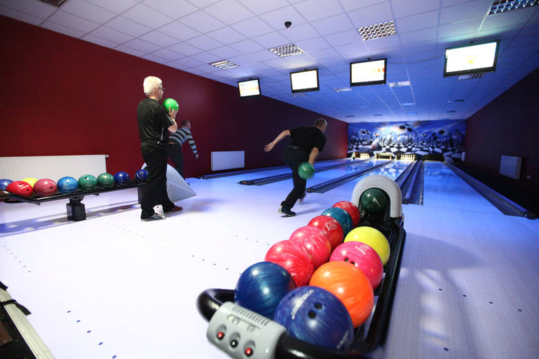 Centrum A.C.T. SPORT przy ul. Wojska Polskiego oferuje krytą halę do tenisa ziemnego , ale także tor do bowlingu oraz stoły do bilarda.