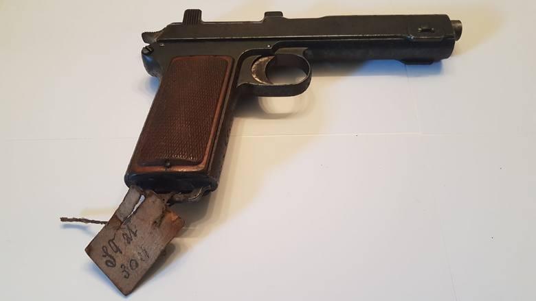 Do jednego pistoletu przyczepiona była karteczka z ceną