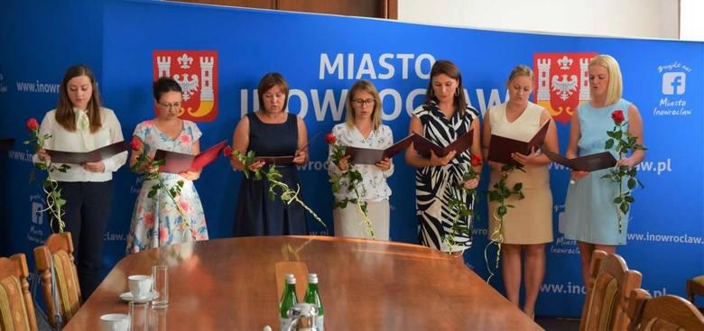 Siedmiu nauczycieli kontraktowych z miejskich placówek oświatowych odebrało dzisiaj od prezydenta Inowrocławia Ryszarda Brejzy akty mianowania na stopień