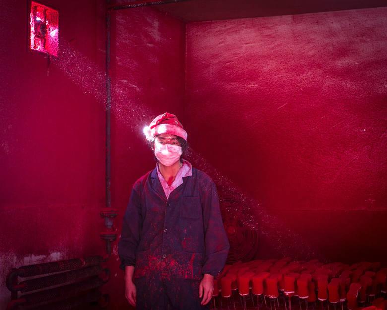 """WORLD PRESS PHOTO 2015. Drugie miejsce w kategorii """"Bieżące problemy"""" (Contemporary Issues) - zdjęcie pojedyncze. Wei, 19-letni Chińczyk, robotnik w fabryce ozdób, w której używa barwnika w proszku."""
