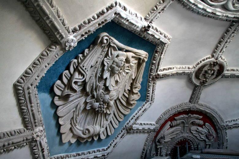 W kaplicy Firlejów zachwycają sztukaterie, właśnie są odnawiane. Motywy roślinne, emblematy i anioły zyskują nowe tło: detale pięknie prezentują się na tle błękitu oraz czerwieni. Elementy imitujące żebrowanie wracają do szarej kolorystyki. Teraz wyglądają tak, jak w chwili powstania sztukaterii....