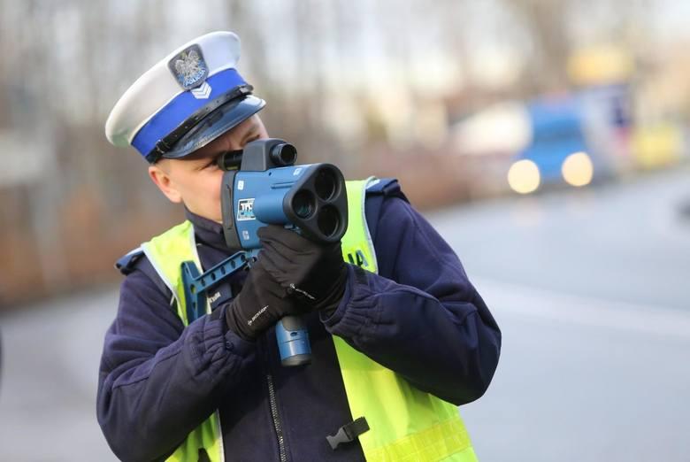 Od 2015 r. obowiązują w Polsce przepisy, na mocy których policja może zatrzymać prawo jazdy za przekroczenie prędkości o ponad 50 km/h w terenie zabudowanym.