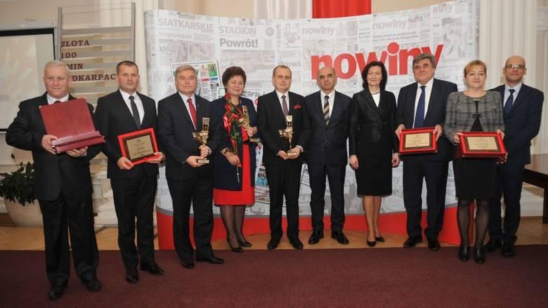 Pamiątkowa fotografia zwycięzców i laureatów rankingu Złota Setka Gmin Podkarpacia podczas gali, która odbyła się w Podkarpackim Urzędzie Wojewódzkim