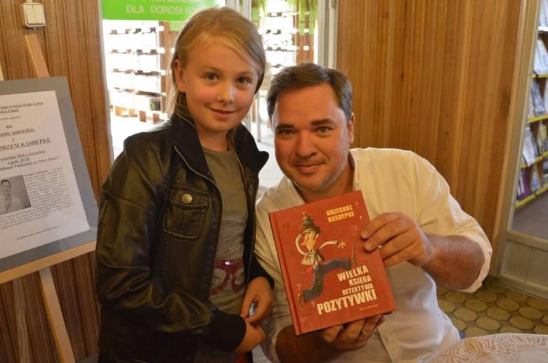 Magda Burek, wielka miłośniczka książek i twórczości Grzegorza Kasdepke zrobiła z nim sobie pamiątkowe zdjęcie.