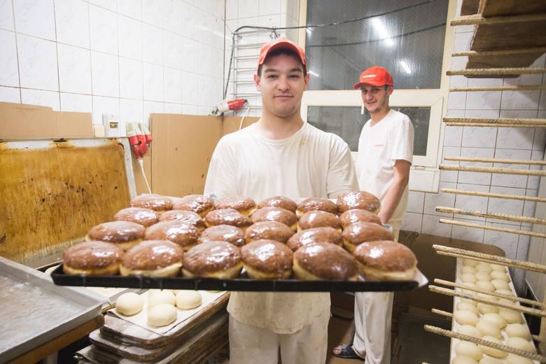 W piekarni Staropolska w Słupsku przygotowania do Tłustego Czwartku rozpoczynają się już dzień wcześniej. Najpierw smażone są faworki a następnie pączki.