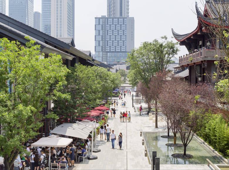 Sino-Ocean Taikoo Li, czyli centrum handlowo-usługowo-rozrywkowe na otwartej przestrzeni w szesnastomilionowym Chengdu w Chinach. Przykład projektu o zróżnicowanych funkcjach i ludzkiej skali dostosowanej do historycznego otoczenia, z zapewnieniem dużej dostępności dla ludzi, zlokalizowanego...