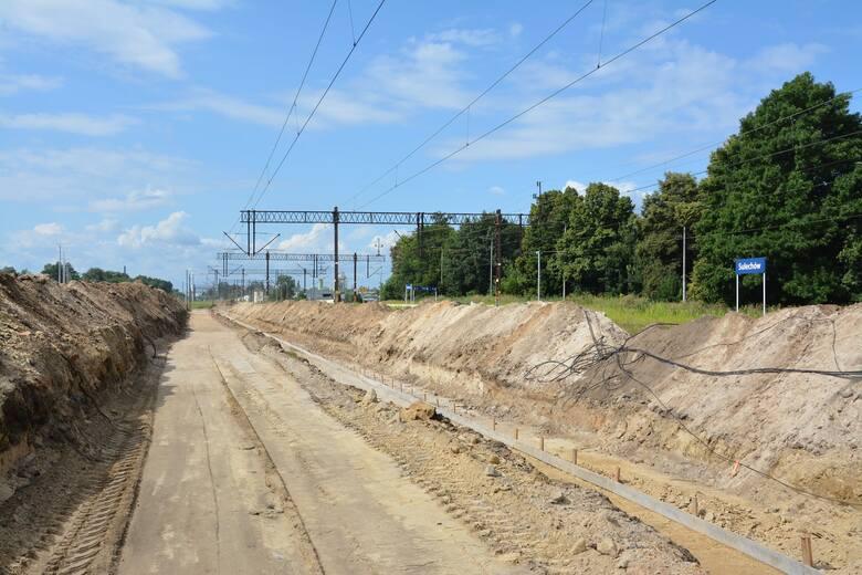 """Stacja kolejowa w Sulechowie teraz to jeden plac budowy. Już od 2019 roku trwa """"Modernizacja linii kolejowej nr 358 Zbąszynek-Gubin na odcinku Zbąsz"""