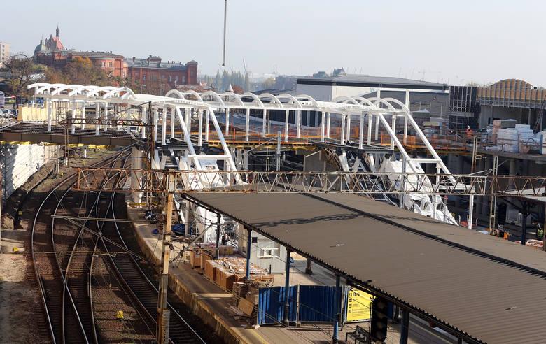 Konstrukcja nowej kładki już stoi, z nowego budynku dworca poprowadzi do ulicy Owocowej, będzie można z niej zjechać ruchomymi schodami  na 2. i 3.