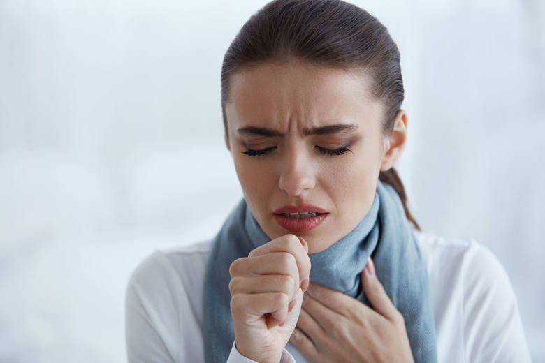 Zapalenie gardła to objaw COVID-19 zaliczany do tych nietypowych. To jednocześnie jedna z najbardziej charakterystycznych dolegliwości, która może wskazywać