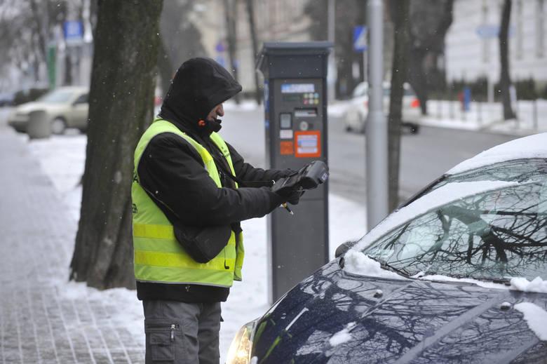 W strefie, gdzie nie obowiązuje już opłata za parkowanie w centrum Rzeszowa, zawsze jest sporo samochodów. Kierowcy w ten sposób oszczędzają sporo p