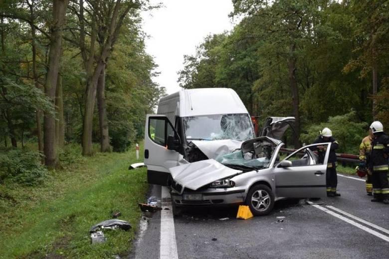 W wyniku zderzenia ranni zostali kierująca autem osobowym kobieta oraz podróżujące z nią dwoje dzieci w wieku 3 i 10 lat. Obrażeń – szczęśliwie niezagrażających