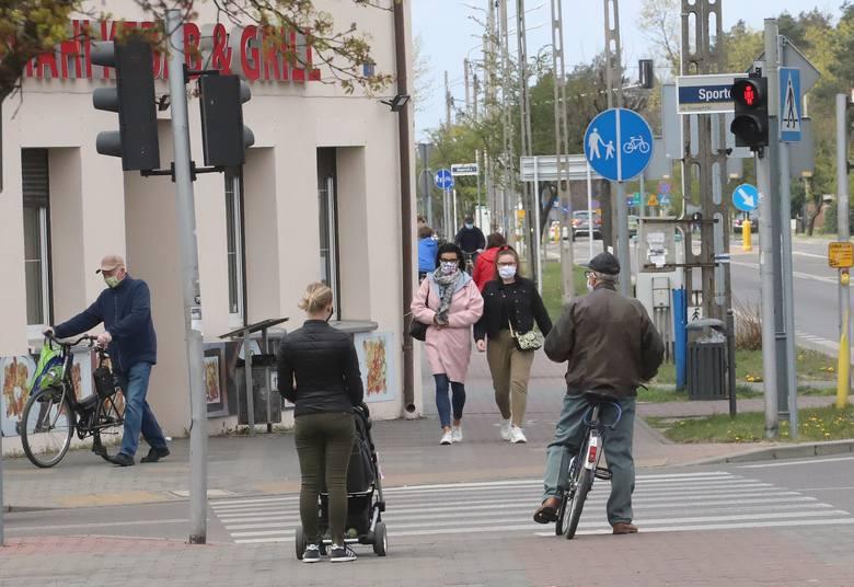 Kozienice w czasie epidemii koronawirusa. Mieszkańcy chodzą w maseczkach ochronnych. Zobacz zdjęcia