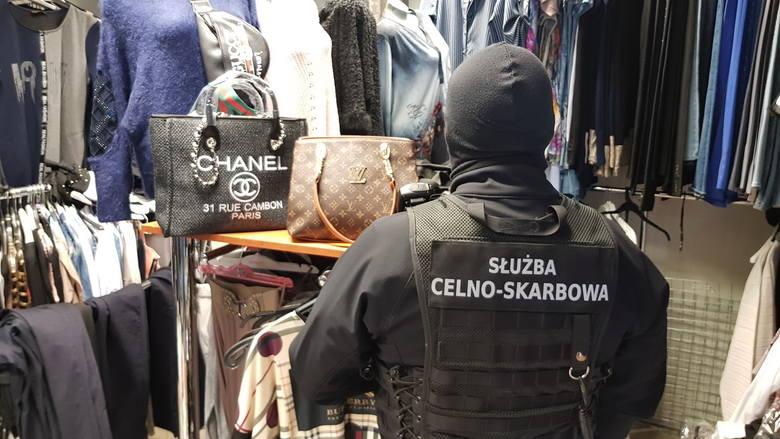 - Ponad 860 sztuk odzieży, torebek, portfeli, bielizny i obuwia różnych znanych zagranicznych marek z nielegalnie naniesionymi zastrzeżonymi znakami