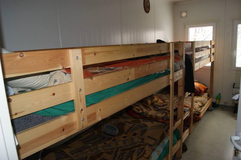 Takie warunki do spania panują w zakopiańskiej noclegowni. Luksusów nie ma, ale jest czysto i ciepło. Mimo to wielu bezdomnych nie chce korzystać z usług