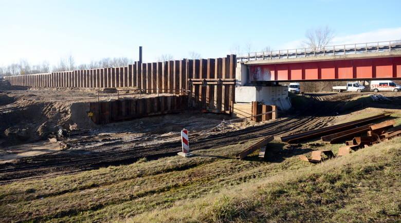Budowlańcy wylewają kolejne podpory nowego mostu na S-3. Będzie on miał nie 10 jak obecny, ale osiem podpór. Wszystkie poza nurtem rzeki Odry.