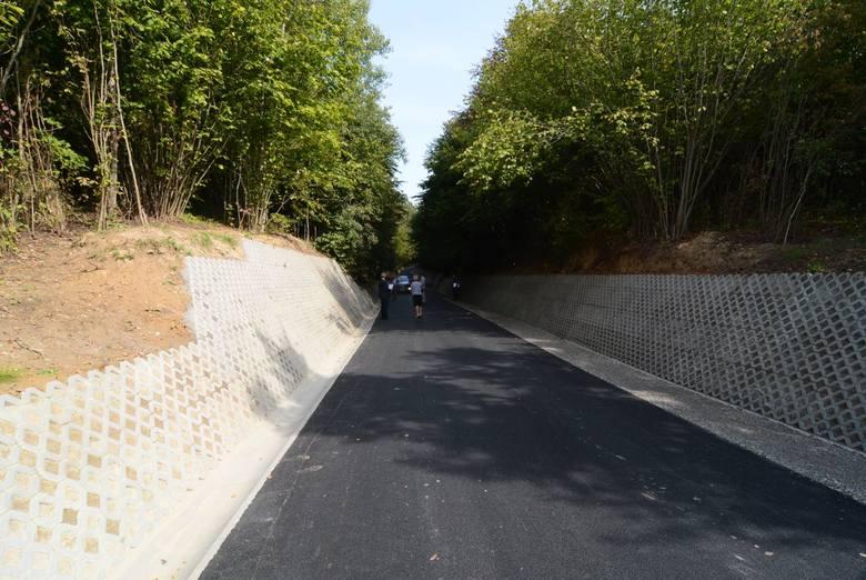 [b]Prawie pół miliona złotych kosztowała modernizacja drogi w wąwozie we wsi Kujawy w gminie Iwaniska. Droga jest własnością powiatu opatowskiego. ZOBACZ