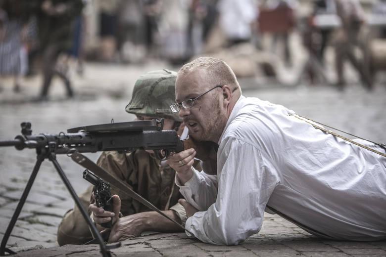 Punktualni o godzinie 17 rozpoczęło się Powstanie Warszawskie. Po raz kolejny w Słupsku odbyła się inscenizacja. Dziesiątki aktorów w strojach z epoki,
