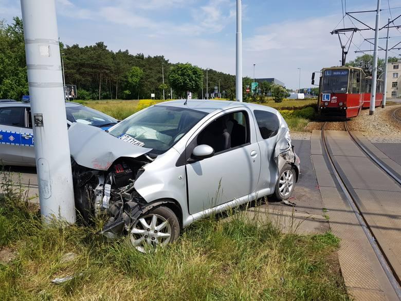 We środę (16 maja) przed południem na Placu Hoffmanna w Toruniu doszło do zderzenia tramwaju linii nr 1 z autem osobowym. Jak informuje Komenda Wojewódzka
