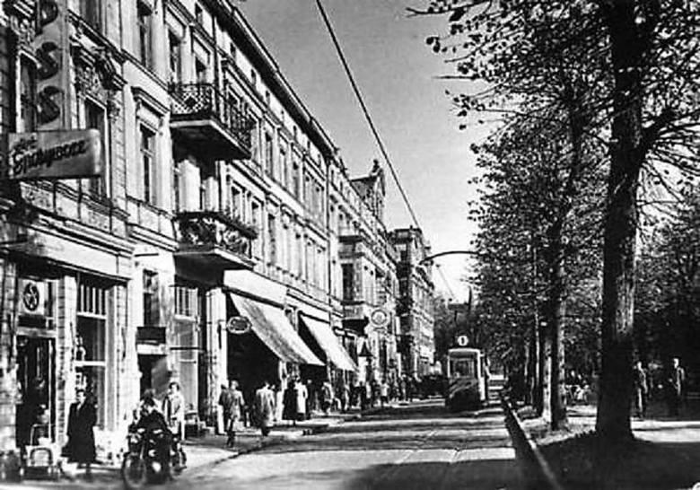 lata 50., prawostronna część al. Wojska Polskiego (w kierunku dworca) z linią tramwajową