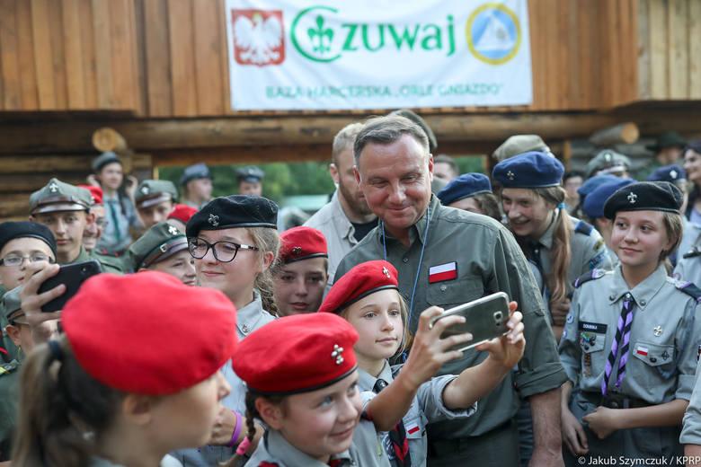 """W bazie harcerskiej """"Orle Gniazdo"""" Prezydent spotkał się m.in. z harcerzami z miejscowości Chełchy (powiat ełcki), z którymi rozmawiał w marcu tego roku"""