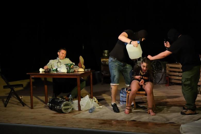 Przedstawienie opowiada historię córki bogatego biznesmena porwanej przez brutalnych bandziorów. Finał spektaklu jest bardzo zaskakujący...