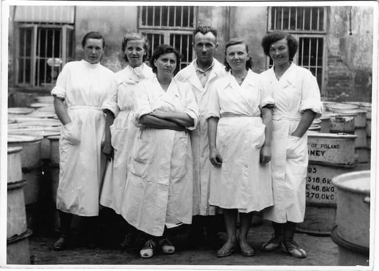 Pracownicy rozlewni miodu z ul. Staszica 5 w Lublinie, ok. 1948 r.