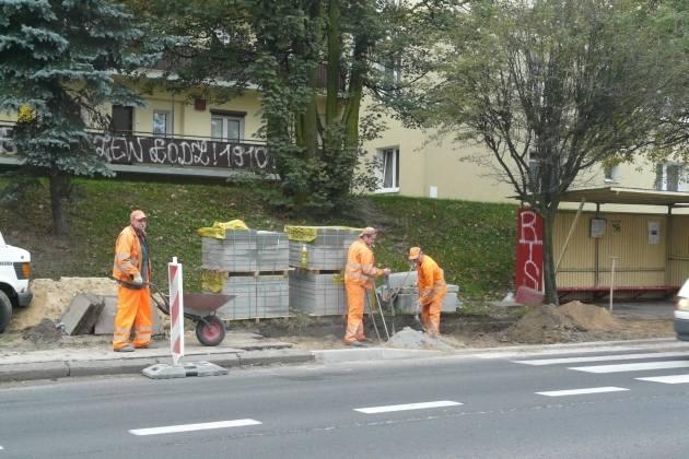 Drogowcy z GDDKiA wymieniają fragmenty chodnika i krawężniki w rejonie skrzyżowania ulic Długiej i Spacerowej w Zgierzu.