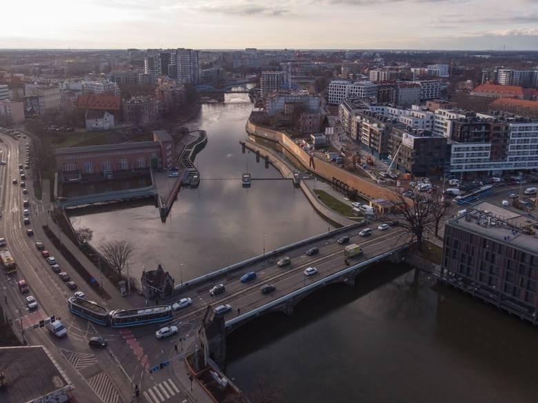 W piątek ostatni dzień korzystamy z normalnie funkcjonujących mostów Pomorskich. Od soboty zostaną one zamknięte dla tramwajów oraz samochodów. Wprowadzono