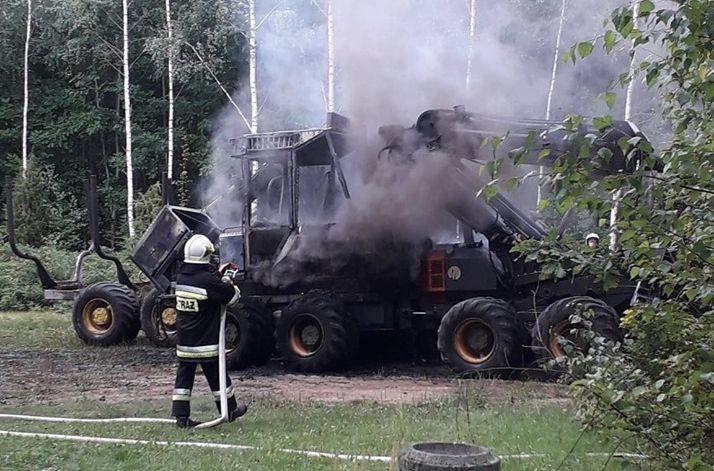 Górka: Pożar maszyn rolniczych. Na miejscu z ogniem walczyło kilka zastępów straży pożarnej [ZDJĘCIA]