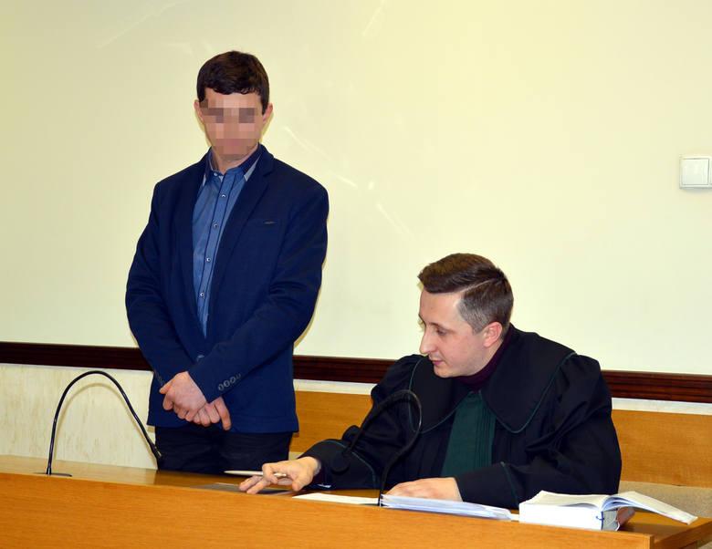 Oskarżony (stoi) przyznał się do winy i wyraził skruchę