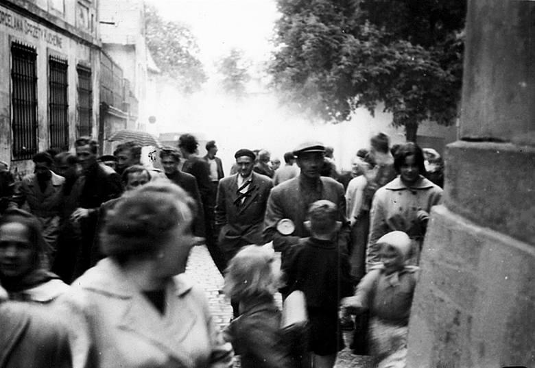Ul. Mickiewicza. Protestujący uciekają przed gazem. Tu po raz kolejny zaznaczony krzyżykiem aktywny uczestnik zajść.