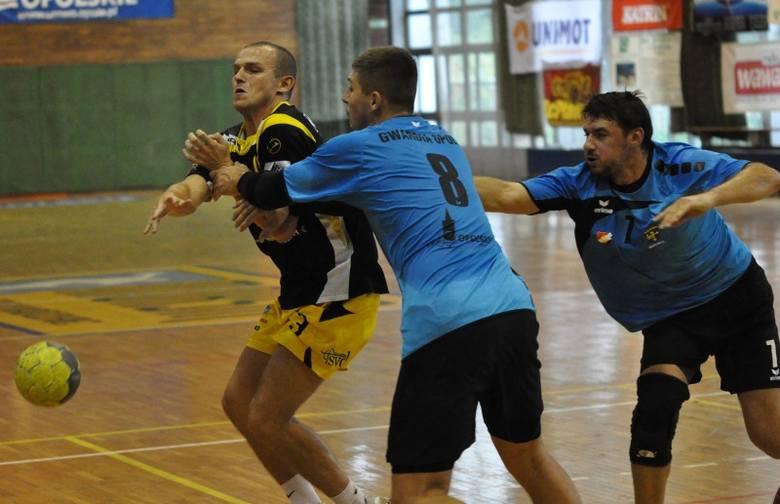 W meczu kontrolnym zawodnicy Gwardii Opole: Mateusz Krzyżanowski (w środku) i Michał Szolc (z prawej) umiejętnie powstrzymywali rozgrywającego ASPR Zawadzkie