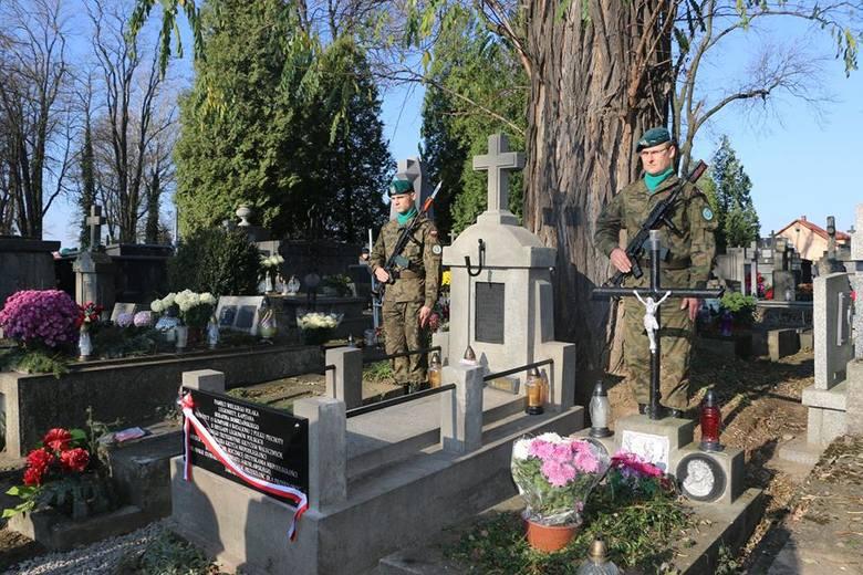 Tablicą na grobie kapitana Serafina Dobrzańskiego, legionisty, dowódcy jarosławskiej Straży Obywatelskiej w 1918 r, uhonorowano Jego osobiście oraz tych
