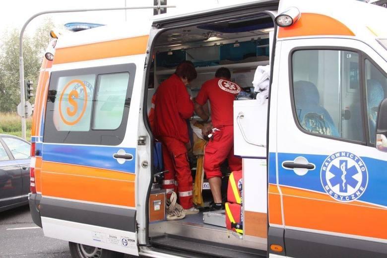 Ciężko ranną kobietę zabrał do szpitala zespół ratownictwa medycznego .