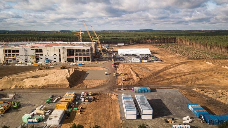 Minął niespełna rok, a widać już, jak docelowo będzie wyglądać fabryka Tesli koło Berlina.Te zdjęcia robią wrażenie! Produkcja ma ruszyć już w 2021 roku.