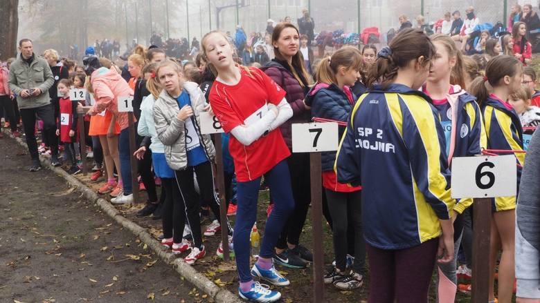 W parku przy Zespole Szkół Ponadgimnazjalnych w Tychowie odbyły się w środę finały wojewódzkie w sztafetowych biegach przełajowych. Zobaczcie zdjęcia!Zobacz