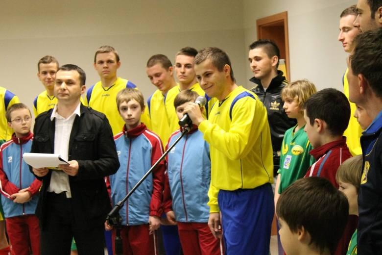 Początek roku w piłkarskiej Stali wyglądał dramatycznie: z przedostatniej w tabeli IV ligi drużyny seniorów masowo zaczęli odchodzić piłkarze, a garstka